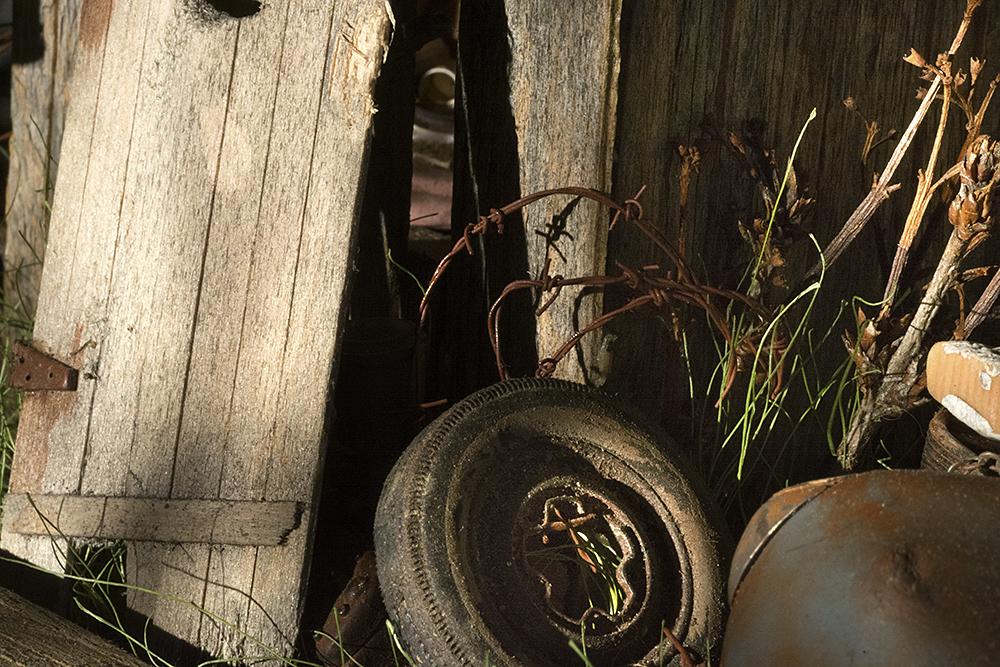 tire_door_barbed_wire_8197
